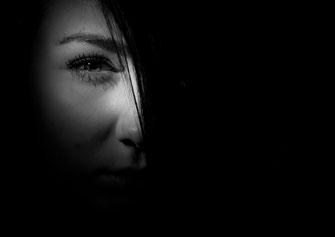 Schatten verdeckt Auge einer Frau