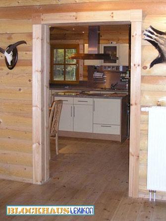 Küche mit Kochinsel im Wohnblockhaus in rustikalem Stil mit viel Holz