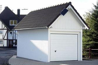 Eine klassische Fertiggarage passend zu Massivhaus, Schwedenhaus oder Fertighaus - Planen - Bauen - Hausbau - Hauskauf - Grenzbebauung  - Grundstück - Hausplanung - Deutschland - Entwurfsplanung - Baugenehmigung