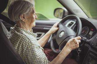 Bei der Vaudoise, der Zürich und bei Smile Direct zahlen Senioren höhere Versicherungsprämien als 35-Jährige.