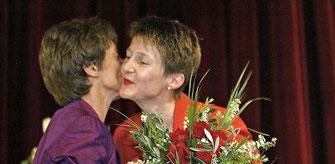 Kiener Nellen gratuliert Simonetta Sommaruga zur Wahl in den Ständerat. Ob sie wohl ihrer Konkurrentin den Wahlerfolg gönnen mag?