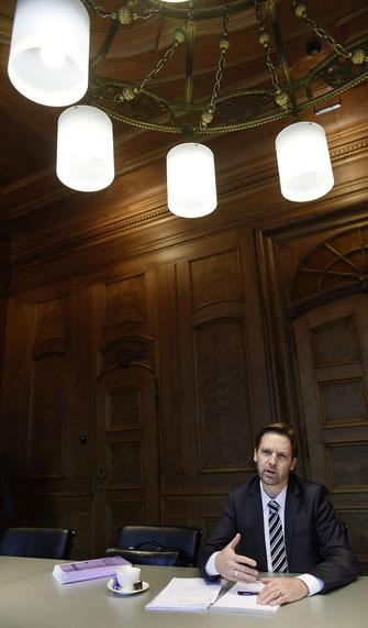 """Renato Flückiger im noblen und denkmalgeschützten Sitzungszimmer """"Puccini"""" der Valiant-Bank in Bern."""