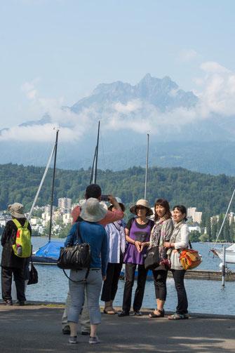 Asiatische Touristen lassen sich in Luzern vor dem Pilatus fotografieren. Anders als Graubünden setzte die Innerschweiz früh auf ferne Märkte.