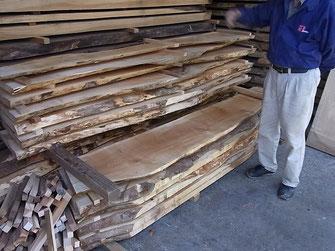 野瀬銘木さんの倉庫の中。これはまだ乾燥途中の板で、桟を渡して並べて保管しながら乾燥させます。