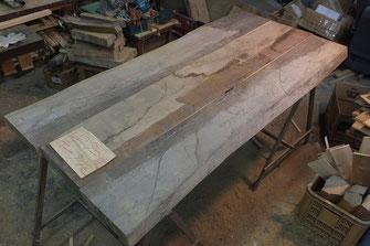 ヒロクラフトさんが送ってくださった製作中の写真。大きな板から綺麗な部分をつなぎ合わせて1つのテーブルにしていきます。