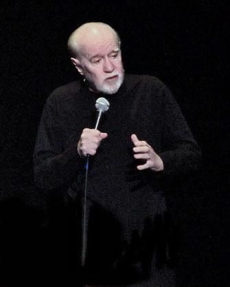 """Foto:  (cc) von """"Jesus is coming... Look busy"""", George Carlin bei seinem letzten Auftritt im Jahr 2008"""