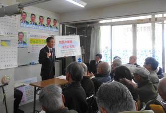 4月の市議選での政策課題をフリップで説明