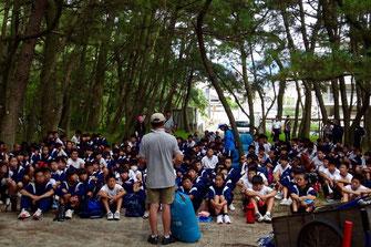 約200人の生徒が松林の清掃