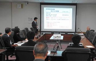 新たな公共交通の構想案を説明する村松謙二議員