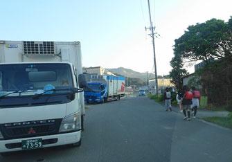 狭い通学路と大型車の往来(11月7日16時ころ)