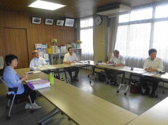 視察に参加した5人の議員(豊後高田市議会棟)