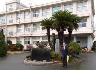 我が母校 神奈川県立平塚江南高校の校舎の前で