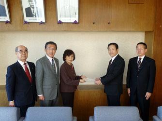 正副議長、阿部友子会長で中村隆象市長に報告