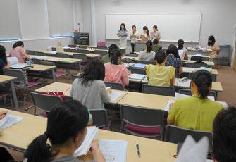古賀市議会でのインタビュー活動を報告する学生