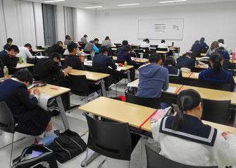 大勢の学生が自習室で学習