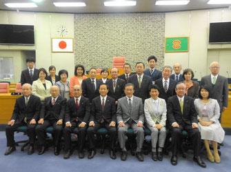 議員全員と市三役との記念写真(3月24日)