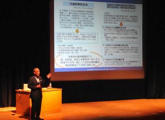 交通政策基本法の概要を説明する小嶋光信氏(古賀市リーパスプラザ大ホール)
