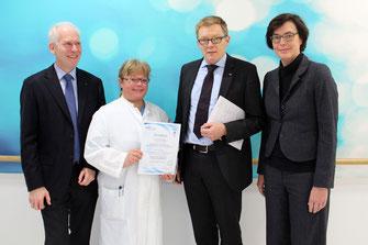 Die Übergabe des Zertifikats (v.l.): Prof. Dr. med, Torsten Zuberbier, Prof. Dr. med. Bettina Wedi, Prof. Dr. med. Christopher Baum und Prof. Dr. med. Margitta Worm (Foto: MHH)