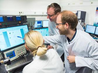 Dr. Janine Gotot, Prof. Dr. Christian Kurts und Christoph Heuser (von links) bei der Auswertung der immunologischen Daten (Foto: Volker Lannert/Uni Bonn)