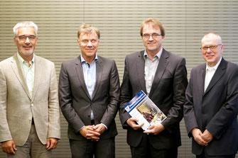 Experten auf der Pressekonferenz (v.l.n.r): Prof. Dr.med.Ulrich Mrowietz, Dr.med.Thomas Stavermann, Prof. Dr.med.Matthias Augustin, Joachim Koza (Foto: bvdd)