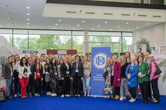 """Teilnehmer des Studentensymposiums """"Dermatologie – ein facettenreiches Fach stellt sich vor"""" mit DDG-Präsidentin Prof. Dr. med. Dr. h. c. Leena Bruckner-Tuderman (v. Mitte) (Foto: JuDerm)"""