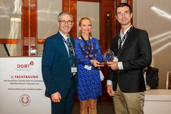 Der Gewinner des Wissenschaftspreises bei der Preisverleihung v.l. Dr. med. Boris Sommer, Dr. med. Alexandra Ogilvie, Prof. Sebastian Cotofana (Foto: DGBT)