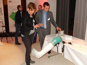 Dr. med. Claudia Ellert demonstriert das schnelle Anlegen eines  Unterdruck-Wundverbands. (Foto: ms)