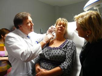 Dr. med. Michael Weidmann (l.) behandelt eine Patientin mit Filler an der Wange.  (Foto: Weidmann)