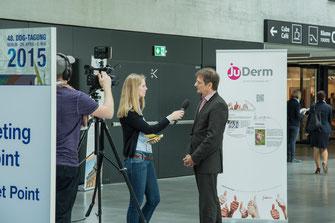Typische JuDerm-Aktion: Dr. med. Anja Miesel, AG-JuDerm-Mitglied im Interview mit dem BVDD Präsidenten Dr. med. Klaus Strömer auf der 48. DDG-Tagung in Berlin (Foto: JuDerm)