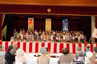 東丘小1年生89人全員の斉唱と米寿席