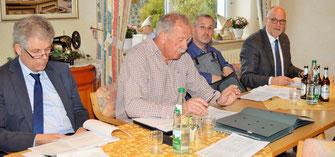 Vorstandsvorsitzender Eggert Eicke /2. von links) mit Stellvertreter Reimer Thießen (links) und den Beisitzern Thorsten Schulz und Johann Hansen