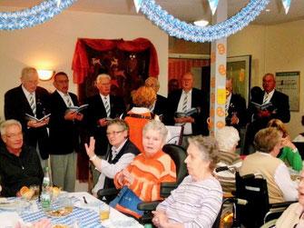 """Immer gern gesehene Gäste: Die Sänger vom Männergesang-Verein ,,Frohsinn"""" mit seiner Leiterin Edda Sommer."""