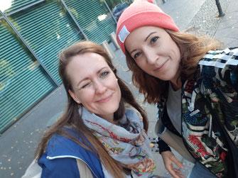 Selfie von Katharina Riepler und Jennifer Thomas nach einem Fotoshooting, Adidas Sweatjacke