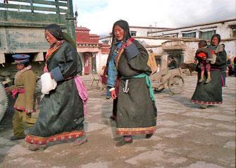 junge Pilger-Frauen mit modischem Pilgermantel