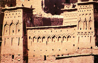 kraftvolle Festungsbauten aus Lehm