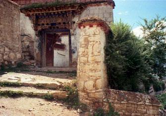 Eingang zum Kloster Drepung