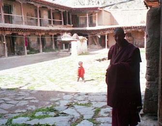 in den Ruinen leben Mönche mit ihren Familien