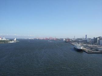 手前が品川埠頭。奥が大井埠頭。画像では確認しにくいが、大井埠頭の先には羽田空港があり、飛行機が離着陸するさまが見える。