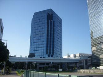 右手がテレコムセンター。左側は大江戸温泉。スポーツ専門チャンネルJSPORTSが入居する正面ビルの20Fが東京みなと館。