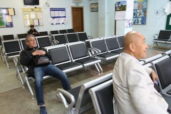 出入国管理事務所待合室 余裕の表情のMSさんとOZさん。