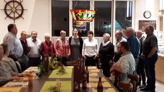 """15 Aktivmitglieder singen """"Chum Lueg"""" anlässlich der GV.."""