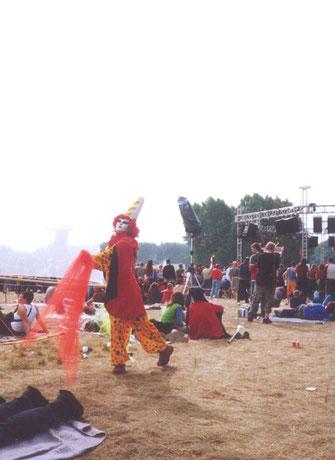 """Pyari encenando """"seu"""" palhaço dançante no festival """"Voov Experience"""", em Putlitz, Alemanha, 2001"""