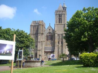 La cathédrale de Dol de Bretagne pendant une expo photos, à 5 min des chambres d'hôtes de la Ville Marie.
