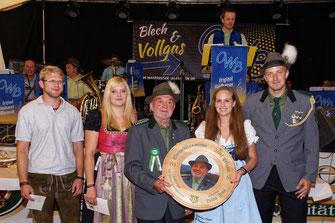 Siegerin Luisa Zeug (2. v.r.) mit Josef Pflaum (Mitte)