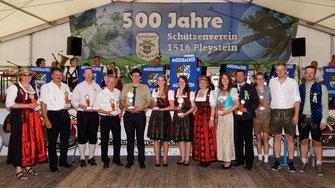 Siegerin Johanna Beierl (7. v.l.) Verena Kreuzer (6. v.l.) und Jonas Weiß (5. v.l.)
