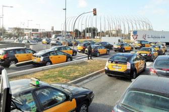 Morgentlicher Verkehr in Barcelona Taxen