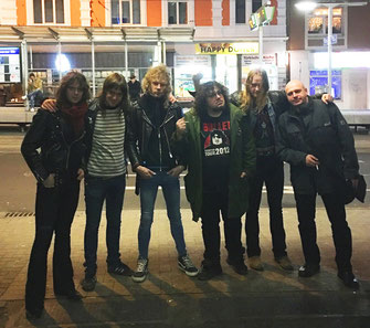 Von links nach rechts:  Alexander Lyrbo (guitars), Hampus Klang (guitars), Adam Hector (bass) , Hell Hofer (vocals), Gustav Hjortsjö (drums), Olly Hahn (A&R Steamhammer)