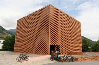 Moderne luftige Backsteinarchitektur des PUNI Sitzes