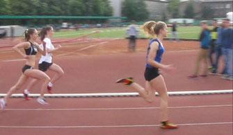W bialej koszulce Sabina Słowiak podczas biegu na 800m.