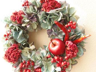 ノエルリース 秋色アジサイと赤の花